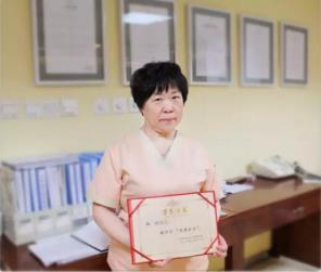 """发扬南丁格尔精神,美德因杨玲护士长荣获""""优秀护士""""称号"""